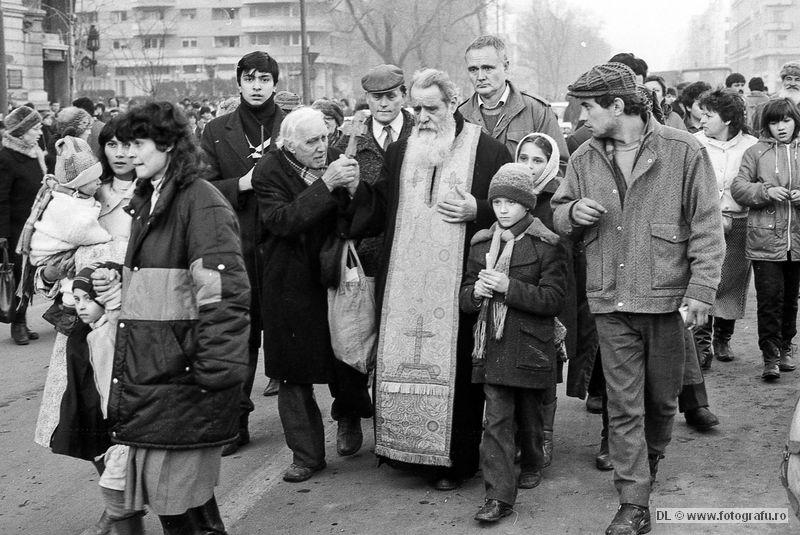 Părintele Constantin Galeriu în Piața Universității - 22 decembrie 1989